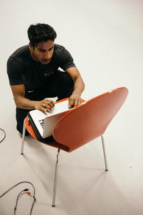 Kenny vid stol med dator